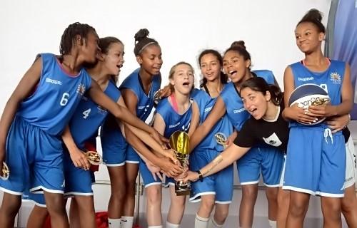 Candice GUINET n'est pas la dernière à célébrer la victoire de son équipe avec ses joueuses