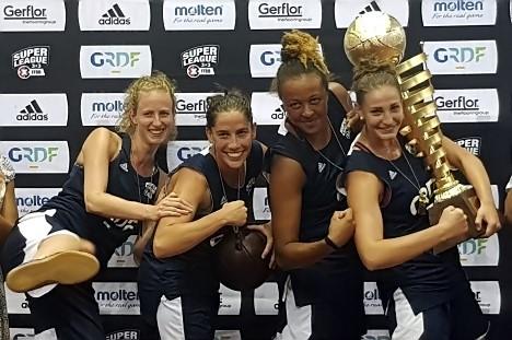 La team Luxure et sa Capitaine Auriane LUX avec le Trophée dans les bras