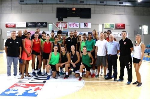 Le Centre de Formation réuni avec les dirigeants du club. Fred BERGER, 2ème à partir de la droite (photo lyonasvelfeminin.com)