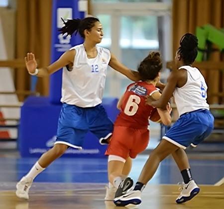 Inès SEQUEIRA (#12) et Dounya BOURHANI-GANGUIA (#6) ferment la porte à Emma GIRARD et Natalia FARKASOVA ne recevra jamais le ballon qu'elle attend...
