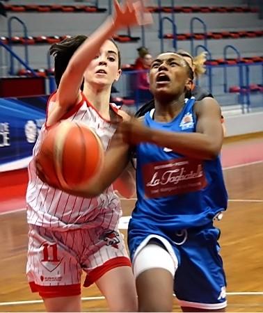 Dounya BOURHANI-GUANGUIA devance ici Lisa LANOIR et c'est le BLMA qui se qualifie pour le tour suivant