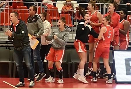 Scène de liesse au moment de la victoire finale. A centre en survêtement gris, Meg PEDROSO