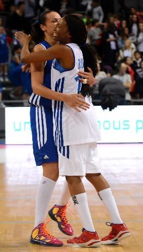 Mistie BASS et Géraldine ROBERT, ici dans les bras l'une de l'autre lors du match des Championnes de Coeur, pourraient bien échanger leur place