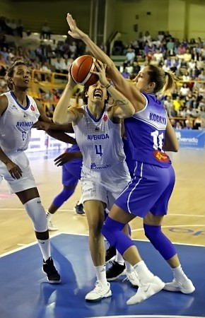 Malgré les effort d'Ewelina KOBRYN, Laura NICHOLLS et Avenidas s'imposent tranquillement (photo : FIBA Europe)