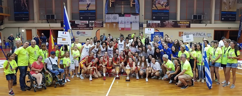 Participants et bénévoles rassemblés pour la photo finale