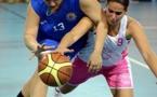 Candice GUINET (#13) et Marion MEYZINDI (#9) se disputent la balle mais à la fin c'est Castelnau qui l'emporte
