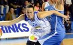 Sarah MICHEL contourne ici Gunta BASKO tout comme le BLMA contourne Basket Landes