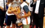 Comme le veut la tradition, la capitaine de l'équipe victorieuse redonne le trophée à la maman de Laure pour l'édition suivante.