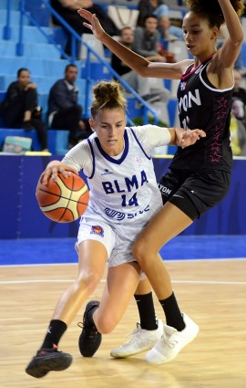 Loubna BELABBAS écarte ici son adversaire comme le BLMA le FC Lyon ASVEL : aisément.