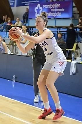 Elena ZEMOURA arme ici un nouveau tir de loin. 15 points au final.