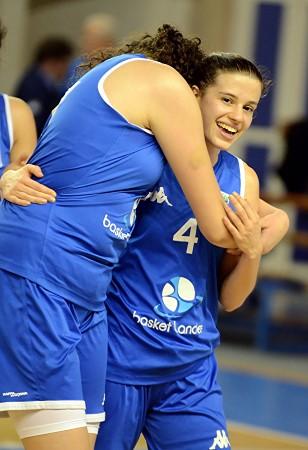 Les câlins de la victoire pour Sirine MEHADJI et Claire PARISI : Basket Landes poursuit sa route vers le Final 4