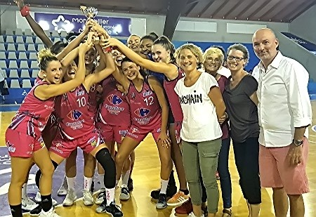Les voironnaises soulèvent la coupe du vainqueur derrière la famille KOECHLIN et le président du BLMA, Franck MANNA