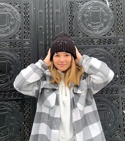 Manuella devant une porte sur le vieux port de Montréal (photo M. GRAMAGE)